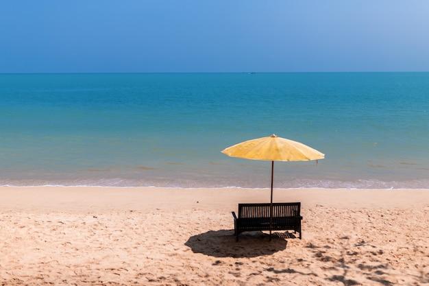Paesaggio di una sedia e ombrellone sulla spiaggia