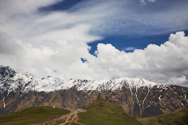 Paesaggio di una valle di una valle di montagna, montagne con cime innevate