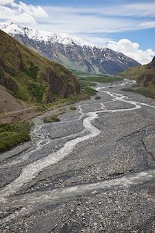 Paesaggio di una valle di una valle di montagna, montagne di montagna fiume sfondo, georgia, caucaso