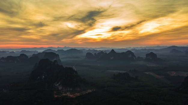 Paesaggio di vista aerea della montagna nel tempo crepuscolare, krabi tailandia