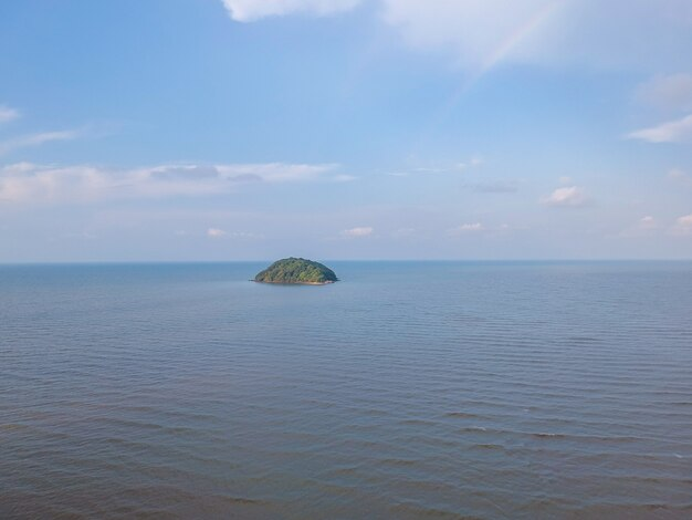 Paesaggio di vista aerea della spiaggia del mare. onde che si muovono verso la riva in thailandia.