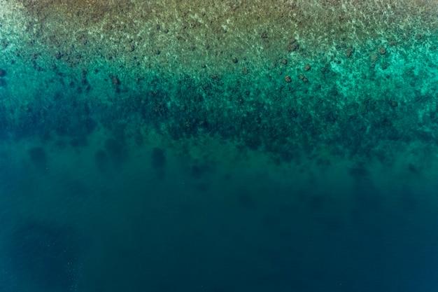 Paesaggio di vista superiore del bellissimo mare tropicale e bellissima superficie del mare d'acqua
