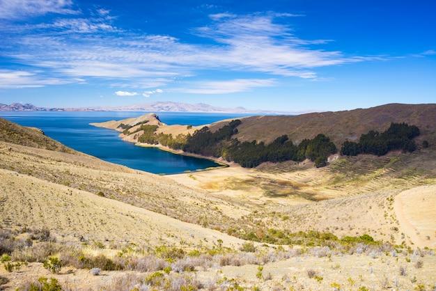 Paesaggio drammatico scenico sull'isola del sole, lago titicaca, tra la destinazione di viaggio più scenica in bolivia.