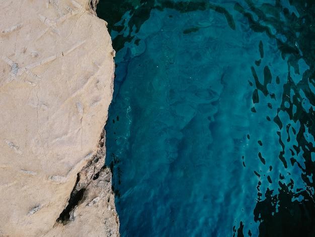 Paesaggio estivo roccioso con sfondo di mare