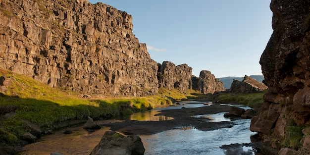 Paesaggio, fiume che attraversa ripida scogliera aspra