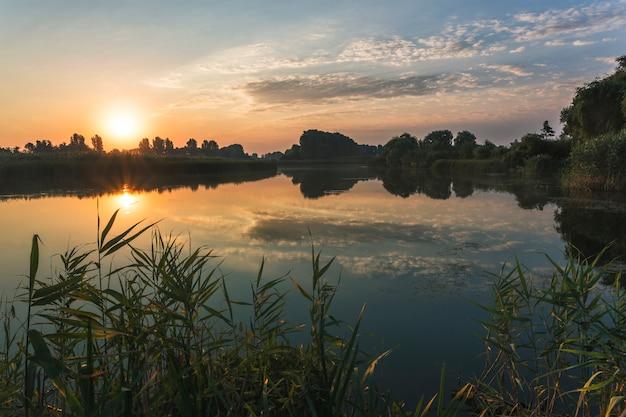 Paesaggio fluviale, alba al mattino presto sul fiume