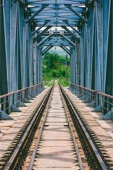 Paesaggio industriale con ponte ferroviario in primavera o giornata estiva