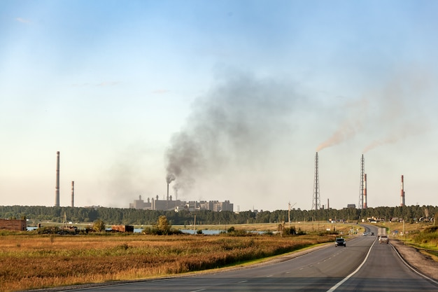 Paesaggio industriale della città con molte fabbriche, autostrade e grattacieli. inquinamento dell'ambiente