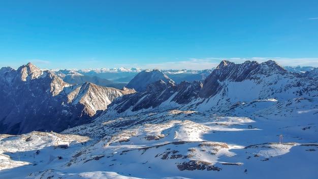Paesaggio invernale con paesaggi di montagna
