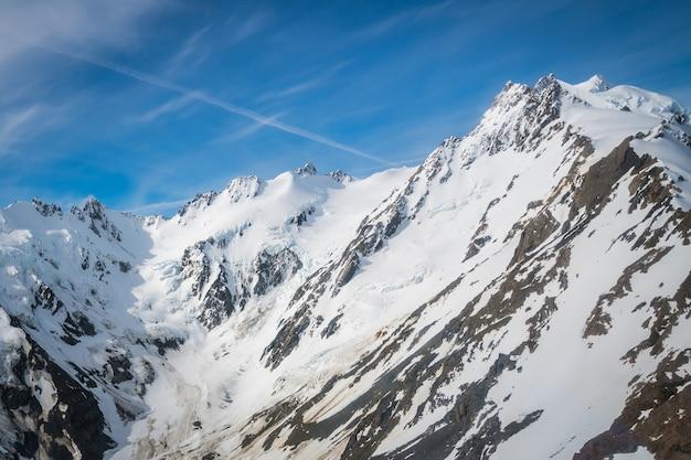 Paesaggio invernale della catena montuosa di neve