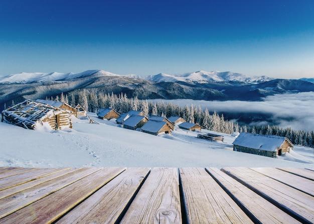Paesaggio invernale. in previsione della vacanza. scena drammatica. carpazi