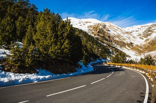 Paesaggio invernale nelle montagne catalane dei pirenei in andorra.