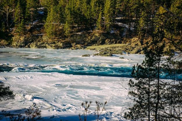 Paesaggio invernale, valle del fiume di montagna