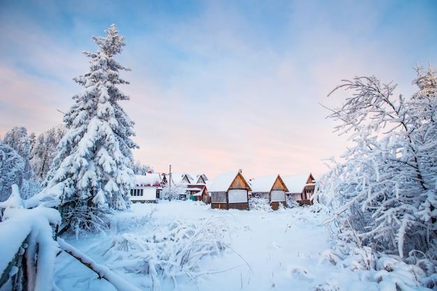 Paesaggio invernale. villaggio di montagna
