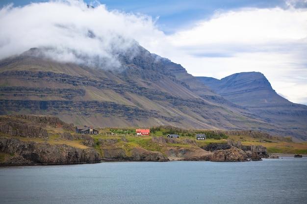Paesaggio islandese: case nelle montagne nebbiose