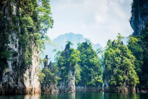 Paesaggio magico con pilastro di calcare nel lago