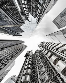 Paesaggio moderno della costruzione di affari che tocca il cielo