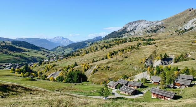 Paesaggio montano con case nelle alpi francesi