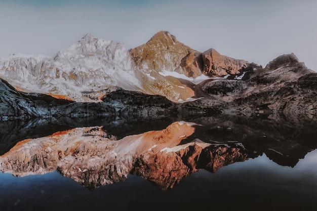 Paesaggio montano con riflessione