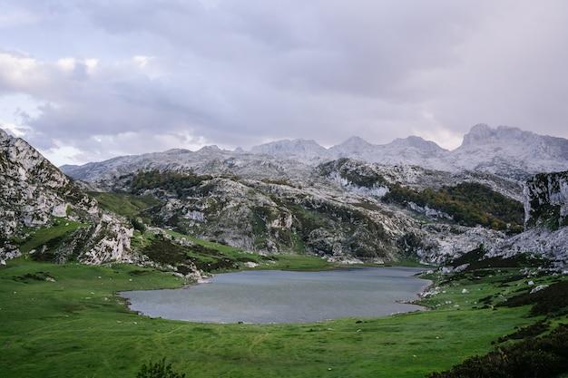 Paesaggio montano con un lago al tramonto