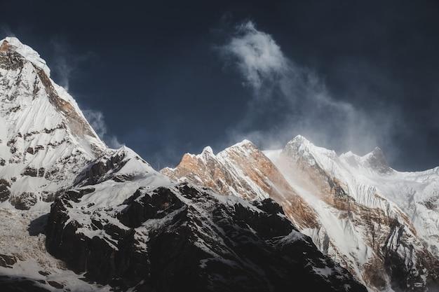 Paesaggio montano dell'himalaya nel campo base dell'annapurna