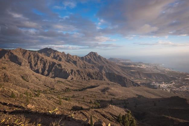 Paesaggio montano di tenerife. percorso trekking costa di las americas sullo sfondo.
