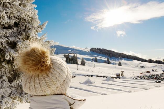 Paesaggio montano invernale con impianti di risalita