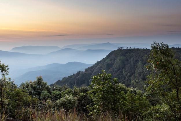 Paesaggio mountain view alba tre con il cielo.