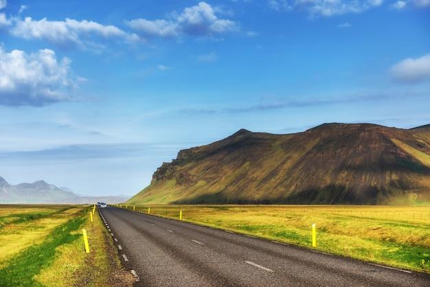Paesaggio naturale con una strada e montagne