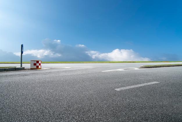 Paesaggio naturale del fondo stradale e del cielo