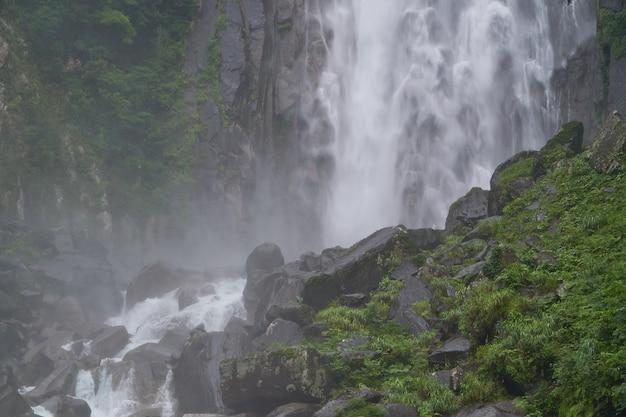 Paesaggio naturale di una cascata sfocata