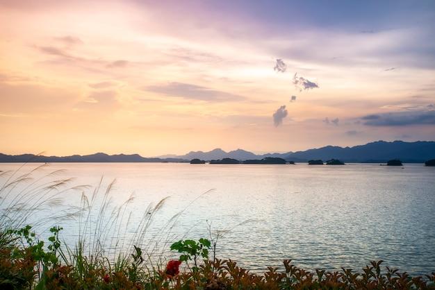 Paesaggio naturale e paesaggio lacustre del lago qiandao a hangzhou