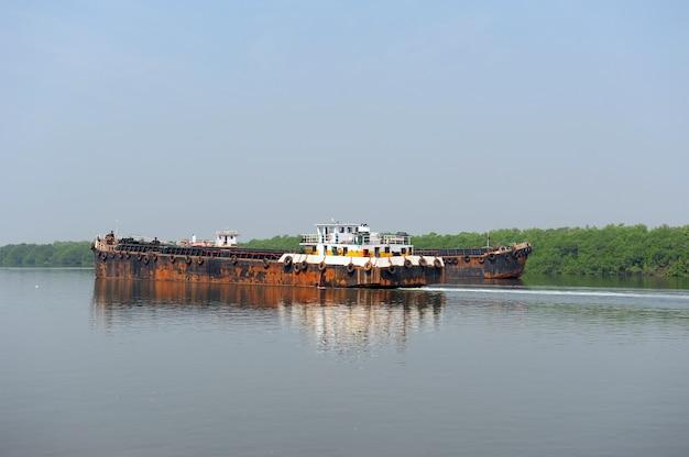 Paesaggio naturale. trasporto per via d'acqua. chiatta galleggiante sul fiume.