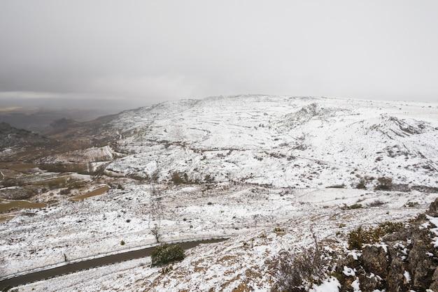 Paesaggio nevicato delle montagne di paramo de masa, nella provincia del nord di burgos, la spagna.