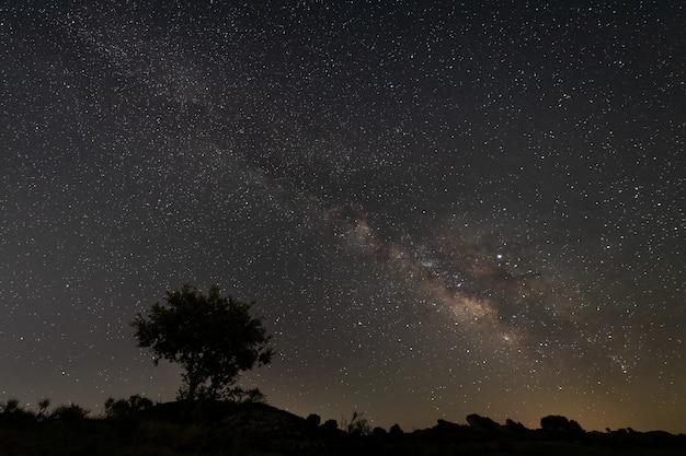 Paesaggio notturno con la via lattea vicino a malpartida de caceres. extremadura. spagna.