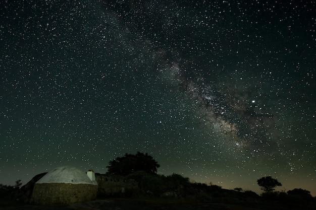 Paesaggio notturno con via lattea nel parco naturale di barruecos. spagna.