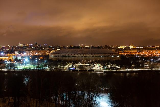 Paesaggio notturno della città.