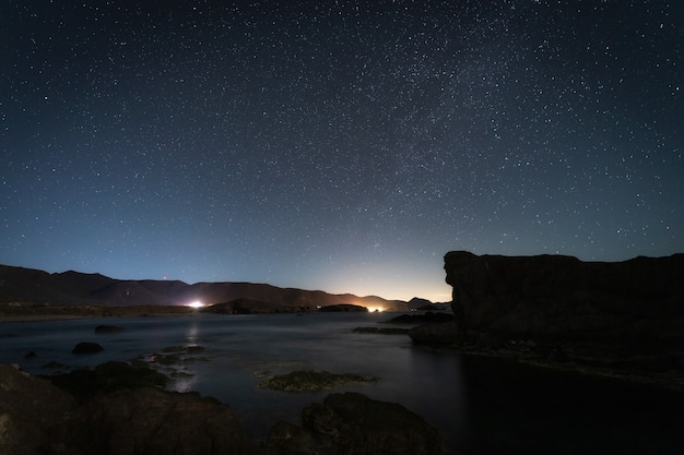 Paesaggio notturno sulla costa degli esculli.