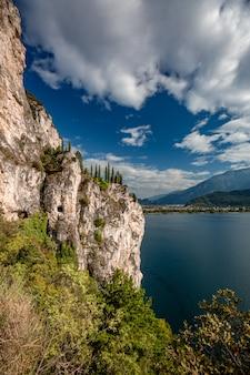 Paesaggio panoramico alpino panoramico di montagna, cieli blu, costa