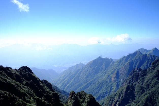 Paesaggio panoramico della strada del percorso della collina di montagna