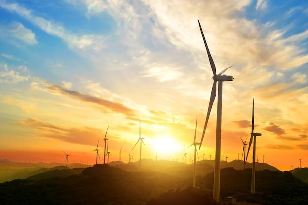Paesaggio pieno di sole con i mulini a vento