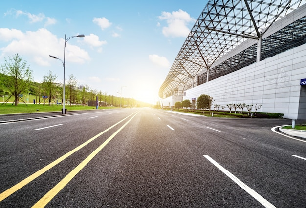 Paesaggio pieno di sole con una lunga strada