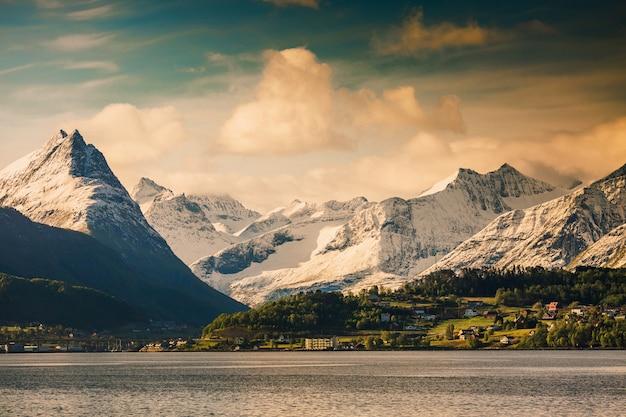 Paesaggio pittoresco. carta da parati naturale. paesaggio montano scandinavo. natura meravigliosa. fiordo in norvegia
