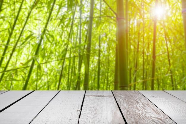 Paesaggio primaverile con tavolo in legno