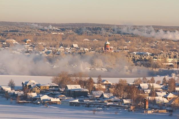 Paesaggio rurale invernale della campagna russa. gelida mattina d'inverno, un po 'di allegria natalizia