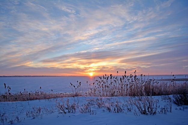 Paesaggio rurale invernale lago in inverno.