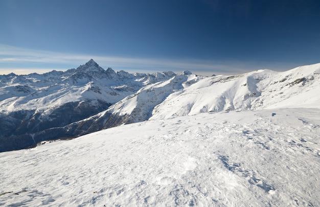 Paesaggio scenico di inverno nell'italiano