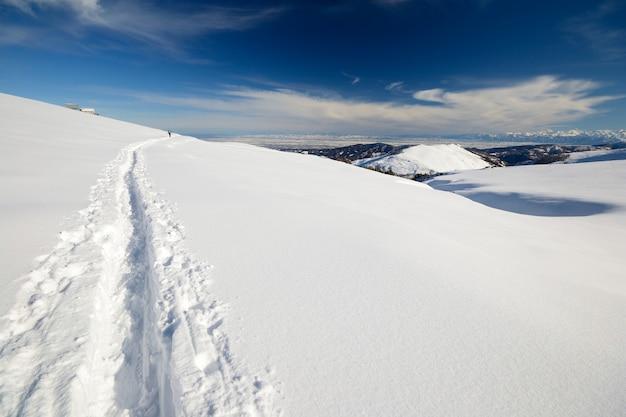 Paesaggio scenico di inverno nelle alpi italiane con neve.