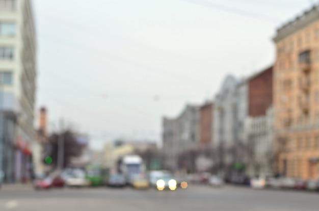 Paesaggio sfocato con una strada di città durante il traffico