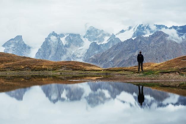 Paesaggio sul lago di montagna koruldi